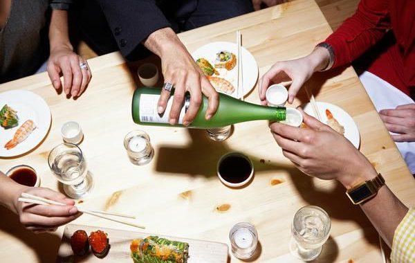 quy tắc rót rượu sake trên bàn ăn của người nhật