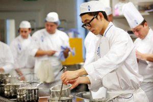 Xuất khẩu lao động nghề bếp – Hướng đi mới cho các bạn trẻ