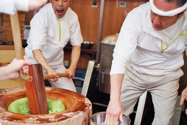 Cách giã gạo làm bánh công phu